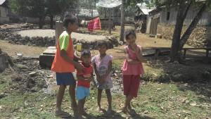 Kinder in einem abgelegenen Dorf im Osten Timor Lestes - Weiße mit Kameras sehen sieh hier nicht häufig.