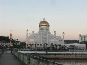 Die mit Echtgold verzierte Moschee im Stadtzentrum Bandar Seri Begawans ist zweifellos das Wahrzeichen Brunei Darussalams.